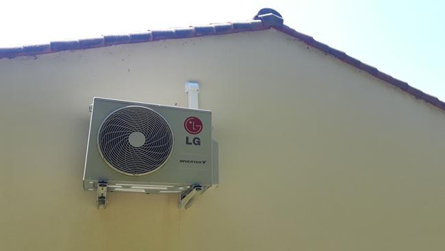 Pose d'un climatiseur pour véranda, groupe extérieur suspendu