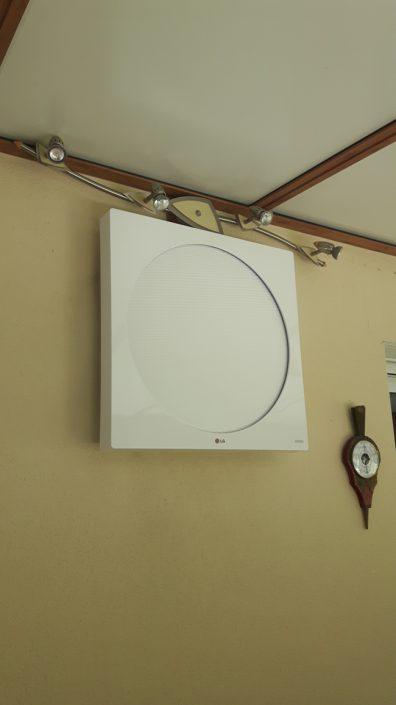 Pose d'un climatiseur dans une véranda, unité intérieure