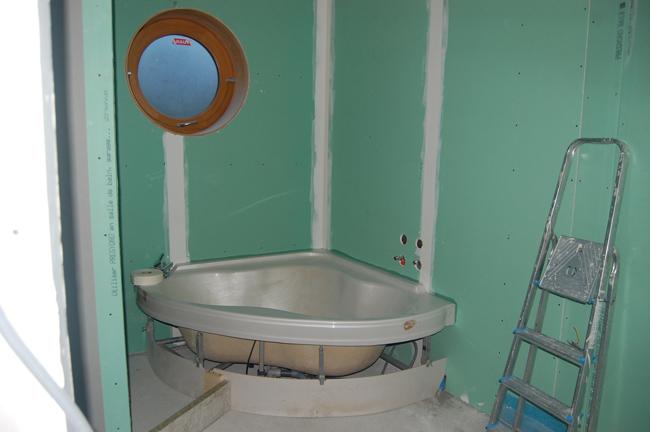Réalisation d'une salle de bain, pose de la baignoire sur dalle