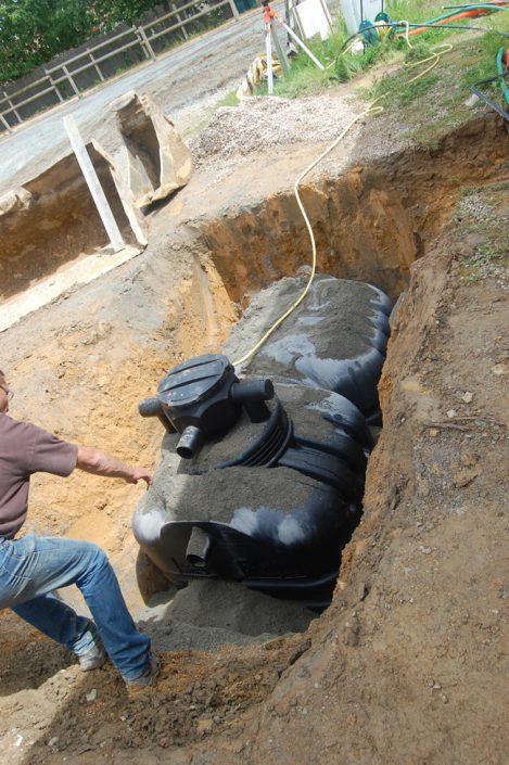 Pose de la cuve de récupération d'eau de pluie